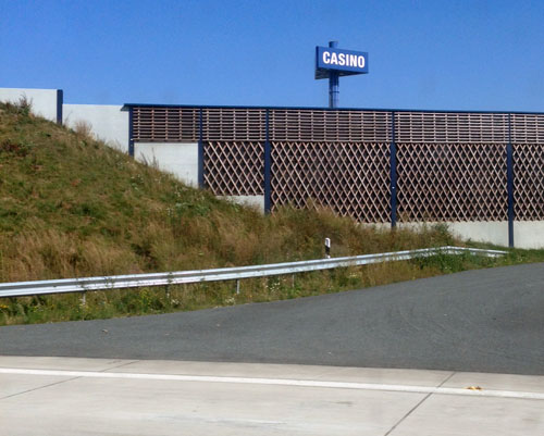 An nahezu allen Autobahnraststätten sind sie mittlerweile auf Süchtigenfang: Spielhallen, Casinos und Höllen.